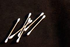 Bourgeons de coton sur le noir photo libre de droits