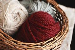 Bourgogne, ecru et fil de laine gris dans le panier en bois Photo libre de droits