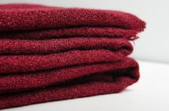 Bourgogne plié a tricoté le plaid sur le fond blanc Maison chaude et confortable photos libres de droits