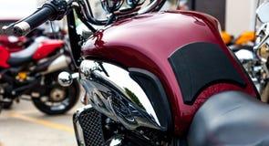 Bourgognemotorcykel med den krom-/läderplatsen på modern motorcy royaltyfri bild