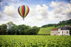bourgondië Hete luchtballon over de wijngaarden van Bourgondië frankrijk stock foto