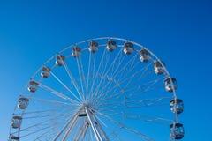 Bournemouth dużego koła przyciąganie na mola podejściu z niebieskim niebem w tle fotografia stock