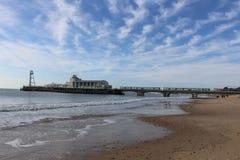 Bournemouth Pier Beach - engelskaDorset kust royaltyfria bilder