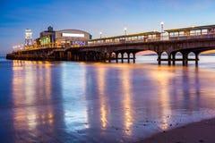 Bournemouth-Pier nachts Dorset Lizenzfreie Stockbilder