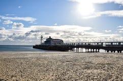Bournemouth pir och strand arkivbild