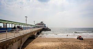 Bournemouth pir och strand i Bournemouth, Dorset, UK arkivbilder