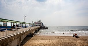 Bournemouth plaża w Bournemouth i molo, Dorset, UK obrazy stock