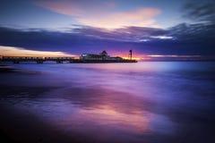 Bournemouth strand och pir på soluppgång arkivbilder