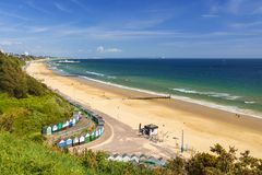 Bournemouth strand, pir, hav och sand royaltyfri foto