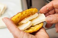 Bourrage du pain de maïs cuit avec du fromage Photos libres de droits