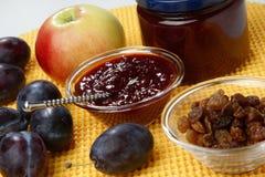 Bourrage et raisins secs de plomb dans la cuvette en verre photo stock