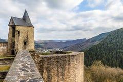Bourscheid slott i solig vårdag, Luxembourg Arkivbild