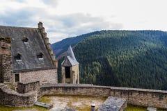 Bourscheid slott i solig vårdag, Luxembourg Arkivfoto