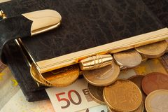 Bourse avec des euro et des pièces de monnaie dans elle Photos stock