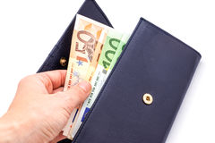 Bourse bleue avec des euros dans les mains sur le fond blanc Images stock