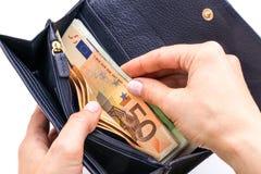 Bourse bleue avec des euros dans les mains sur le fond blanc Photo stock