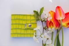 Bourse de citron sur un fond blanc avec des tulipes ?l?gantes photos stock