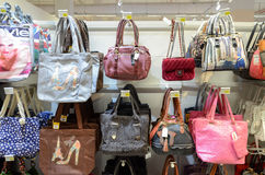 Bourse de dames à vendre dans le supermarché Images stock