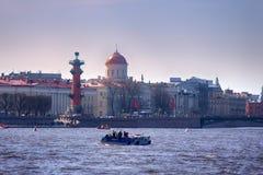 Bourse des valeurs de vieux St Petersbourg, colonnes Rostral et flèche d'or du bâtiment d'Amirauté à la rivière de Neva sur le co Photo libre de droits