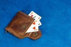 Bourse faite de cuir et jouante des cartes Photos libres de droits