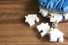 Bourse modèle de Houses With Change pour illustrer l'achat de Chambre Photos libres de droits