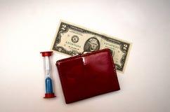 Bourse rouge avec l'argent sur un fond blanc images libres de droits