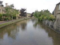 Bourton auf dem Wasser auf einem warmen August-Morgen lizenzfreie stockfotos