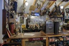 BOURTON-ON-THE-WATER, GLOUCESTERSHIRE/UK - 24-ОЕ МАРТА: Старый магазин i стоковая фотография