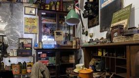 BOURTON-ON-THE-WATER, GLOUCESTERSHIRE/UK - 24-ОЕ МАРТА: Старый магазин i стоковое фото