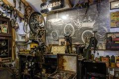 BOURTON-ON-THE-WATER, GLOUCESTERSHIRE/UK - 24-ОЕ МАРТА: Старый магазин i стоковое изображение