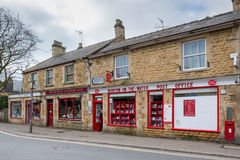 BOURTON-ON-THE-WATER, GLOUCESTERSHIRE/UK - 24-ОЕ МАРТА: Столб o Стоковая Фотография
