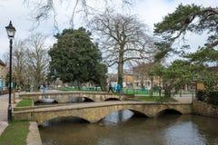 BOURTON-ON-THE-WATER, GLOUCESTERSHIRE/UK - 24-ОЕ МАРТА: Туристы w Стоковое Фото