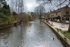 BOURTON-ON-THE-WATER, GLOUCESTERSHIRE/UK - 24-ОЕ МАРТА: Туристы w Стоковые Фотографии RF