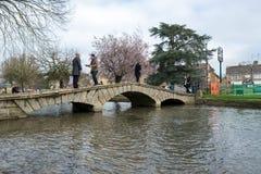 BOURTON-ON-THE-WATER, GLOUCESTERSHIRE/UK - 24-ОЕ МАРТА: Туристы w Стоковая Фотография