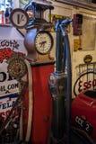BOURTON-ON-THE-WATER, GLOUCESTERSHIRE/UK - 24 DE MARÇO: Gasolina velha Fotografia de Stock Royalty Free