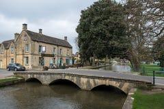 BOURTON-ON-THE-WATER, GLOUCESTERSHIRE/UK - 24 DE MARÇO: Turistas W Imagens de Stock Royalty Free
