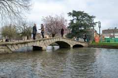 BOURTON-ON-THE-WATER, GLOUCESTERSHIRE/UK - 24 DE MARÇO: Turistas W Fotografia de Stock
