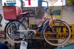 BOURTON-ON-THE-WATER, GLOUCESTERSHIRE/UK - 24. MÄRZ: Altes Bicycl Lizenzfreies Stockbild