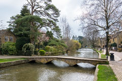 BOURTON-ON-THE-WATER, GLOUCESTERSHIRE/UK - MARZEC 24: Sceniczny Rywalizuje Obrazy Stock