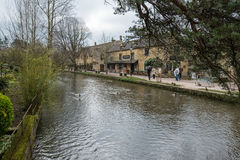 BOURTON-ON-THE-WATER, GLOUCESTERSHIRE/UK - MARZEC 24: Turyści W Obrazy Royalty Free