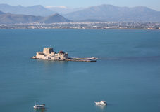 Bourtzi城堡俯视图在有导致它的码头的纳夫普利翁。 免版税库存图片