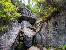 Bousculade étroite de Boulder en ravin, entaille de Mahoosuc, traînée appalachienne photos libres de droits