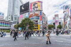 Bousculade de Shibuya de personnes croisant Tokyo Image stock
