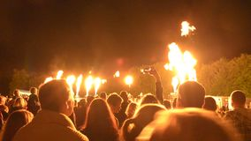 Bousov roszuje Czeskiego Rypsowego Sierpień 19th 2017 ludzi z telefonu komórkowego wath społeczeństwo ogienia przedstawienie gorą zbiory wideo