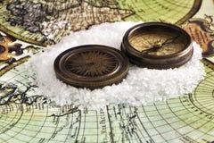 Boussole antique sur la carte du monde Image stock