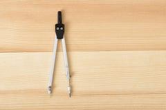 Boussole d'ingénierie sur une surface en bois dans la vue supérieure Photos libres de droits