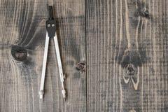 Boussole d'ingénierie sur une surface en bois dans la vue supérieure Photographie stock libre de droits