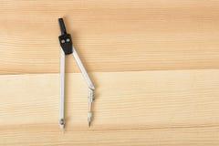 Boussole d'ingénierie sur une surface en bois dans la vue supérieure Image libre de droits