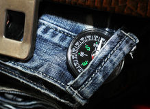 Boussole dans des jeans, hommes réglés Photos libres de droits