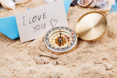 boussole dans le sable avec le signe - je t'aime Image libre de droits